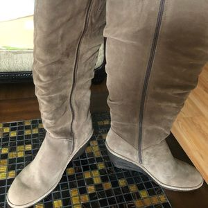 Misses brand new SOFTT suede boot. Side zipper.